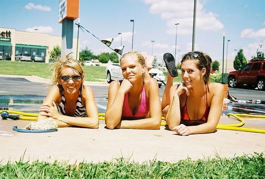 Garotas Lavando carro